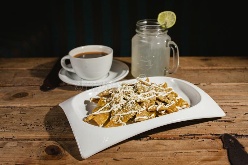Alimento de Chilaquiles, nachos, galinha e queijo mexicanos Cidade do México foto de stock