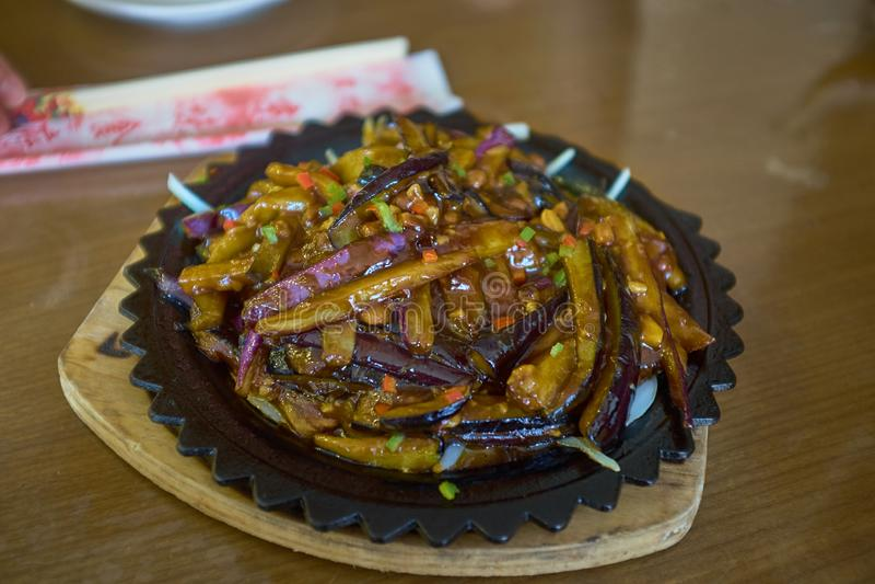 Alimento de China Beringelas com alho e cenoura sob o sause na placa escura foto de stock