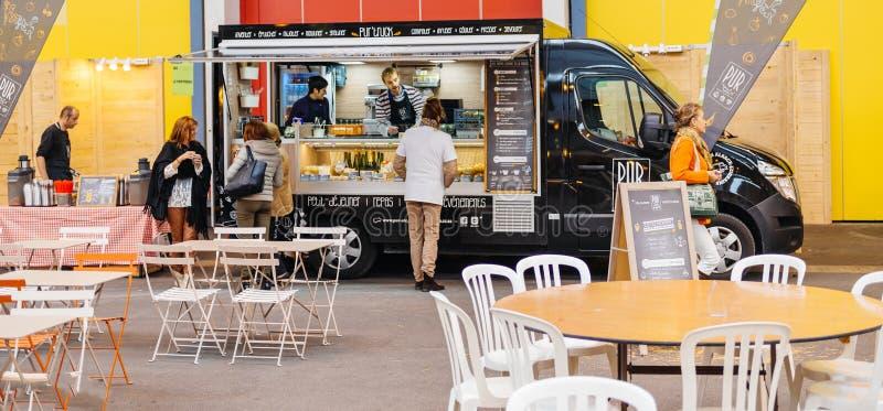Alimento de compra dos povos no caminhão do alimento na rua imagens de stock royalty free