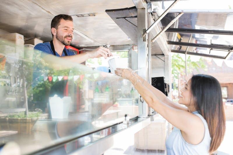 Alimento de compra em um caminhão do alimento imagens de stock royalty free