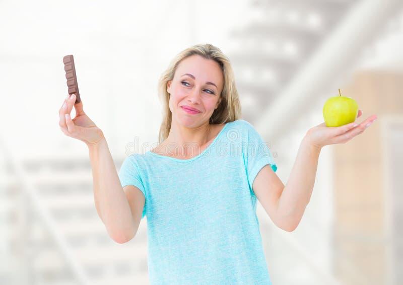 Alimento de escolha ou de decisão da mulher com palma aberta imagem de stock