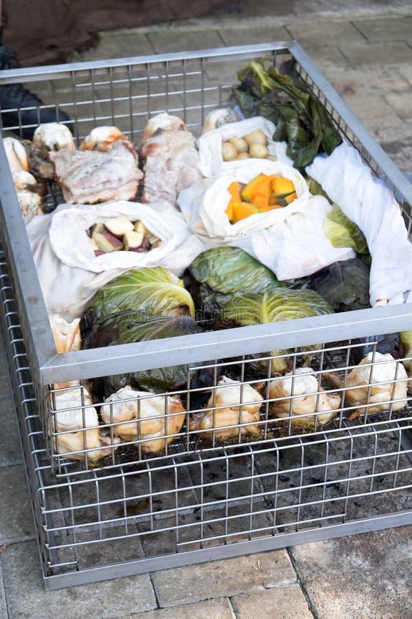 Alimento de Hangi: a carne e os vegetais cozinharam em um ea maori tradicional fotografia de stock