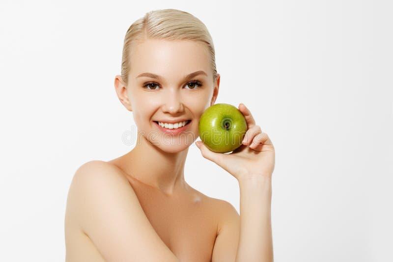 Alimento de la dieta sana Retrato del primer de la mujer joven sonriente feliz hermosa con sonrisa perfecta, dientes y fresco bla imagen de archivo libre de regalías