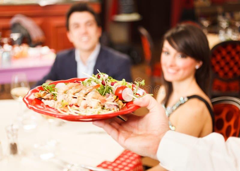 Alimento de mar do serviço do garçom imagens de stock royalty free