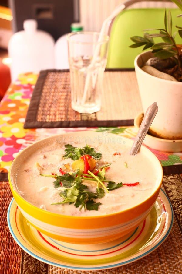 Alimento de mar picante da sopa do caril fresco do creme do coco imagem de stock