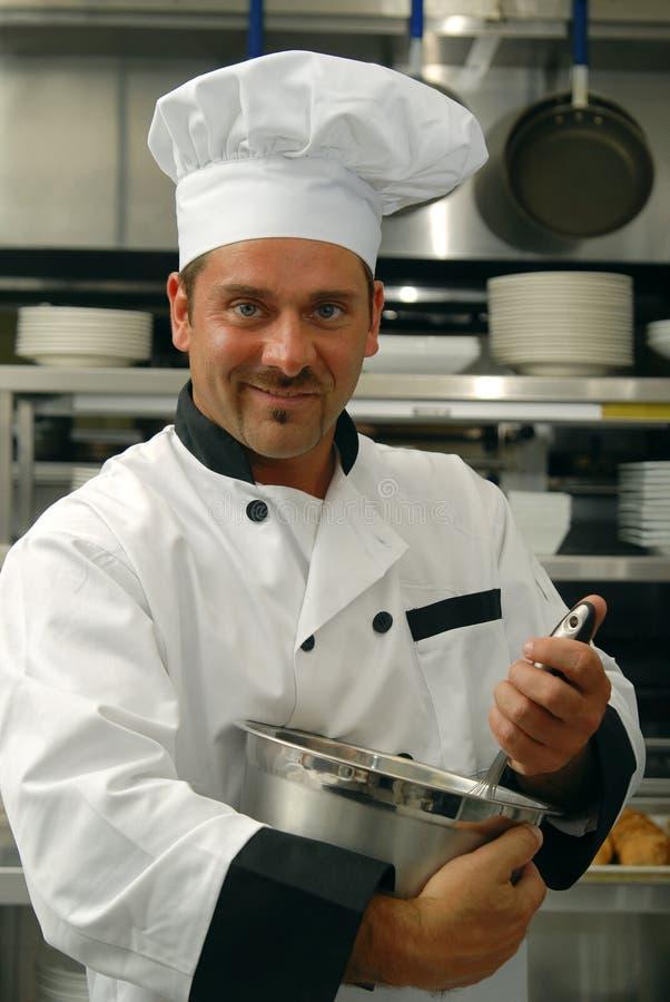 Alimento de mistura do cozinheiro chefe imagem de stock