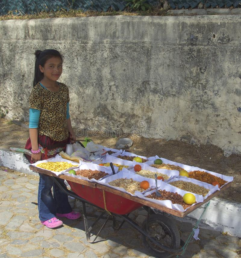 Alimento de venda adolescente fêmea guatemalteco aos turistas em Panajachel foto de stock royalty free