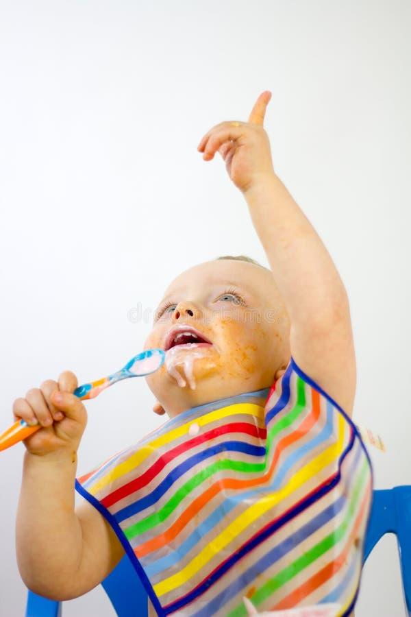 Alimento dei bambini sopra il fronte mentre indicando fotografia stock