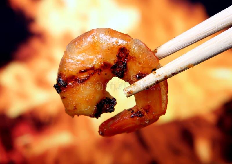 Alimento del camarón de la gamba del tigre del rey por el fuego y la llama imágenes de archivo libres de regalías