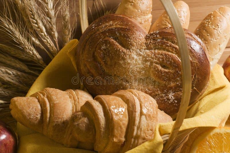 Alimento del pane in un cestino fotografie stock libere da diritti