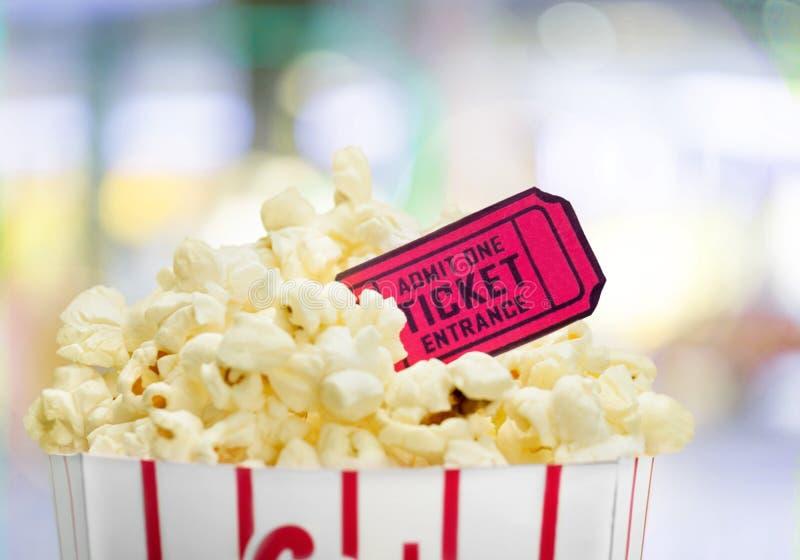 Alimento del popcorn in scatola su fondo luminoso immagine stock libera da diritti