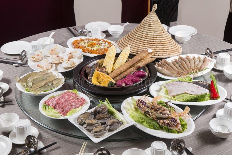 Alimento del vassoio del cinese tradizionale di frutti di mare, di prodotti, di manzo e di maiale fotografia stock libera da diritti