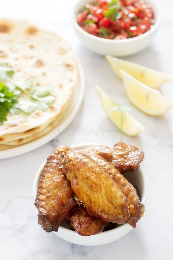 Alimento delicioso caseiro das tortilhas, da salsa e das asas fritadas fotos de stock royalty free