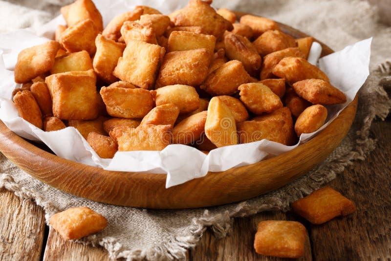 Alimento delicioso da África Ocidental: Chin Chin da sagacidade friável fritada da massa fotografia de stock royalty free