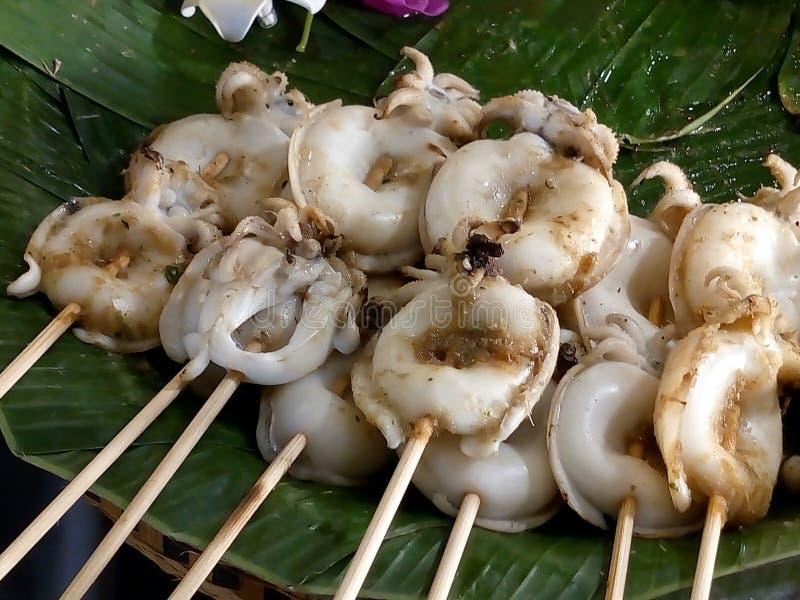 Alimento delizioso della via a Bangkok, calamaro arrostito fotografie stock libere da diritti