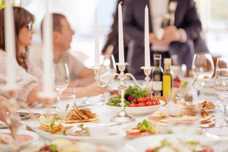 Alimento delizioso pronto e decorato Tabella di banchetto immagini stock libere da diritti