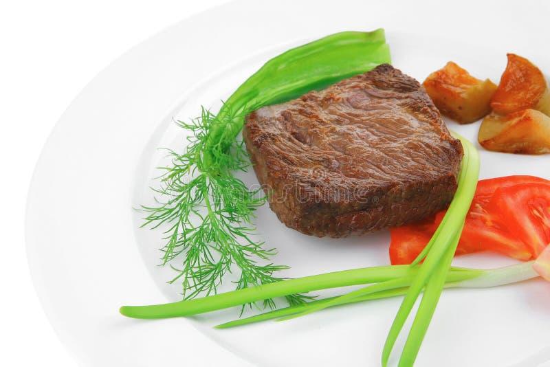 Alimento della carne: il mignon di raccordo dell'arrosto di manzo è servito su bianco con il germoglio fotografie stock libere da diritti