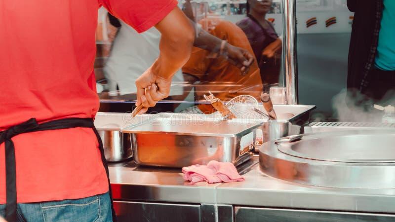 Alimento della via dell'Asia dal negozio di alimento con la parte del cuoco unico per la merce immagine stock libera da diritti