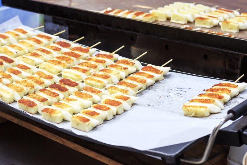 Alimento della via, tteok fritto, Seoul, Corea del Sud immagine stock