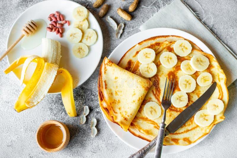 Alimento, dessert, pasticcerie, pancake, torta Bei pancake saporiti con la banana ed il miele fotografia stock