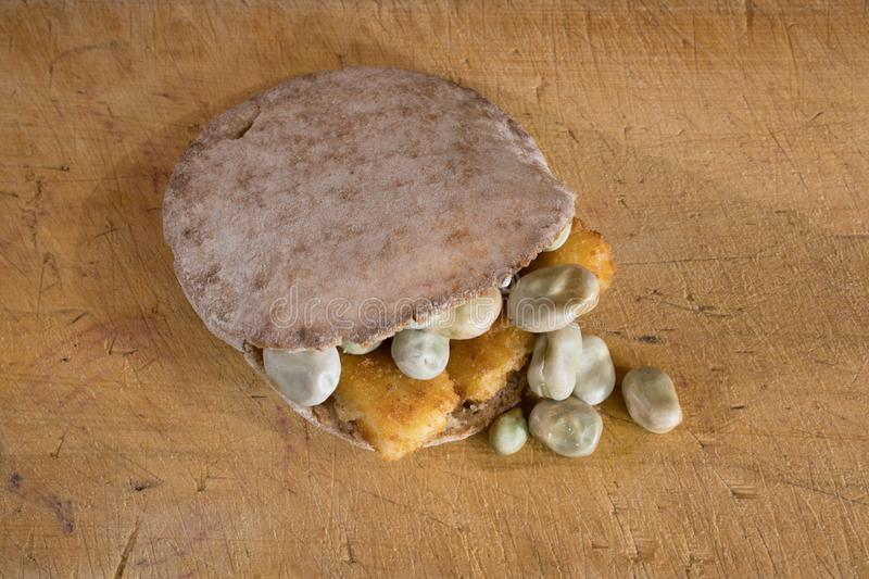 Alimento di comodità o cura o tonico di postumi di una sbornia, un fishfinger, fava e tasca di pitta della maionese immagine stock