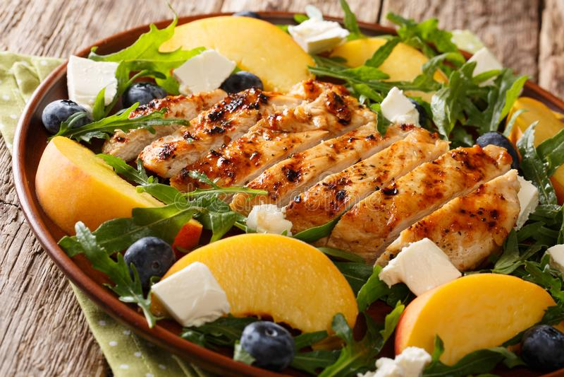 Alimento di dieta di estate: petto di pollo arrostito con le pesche fresche, blu immagine stock
