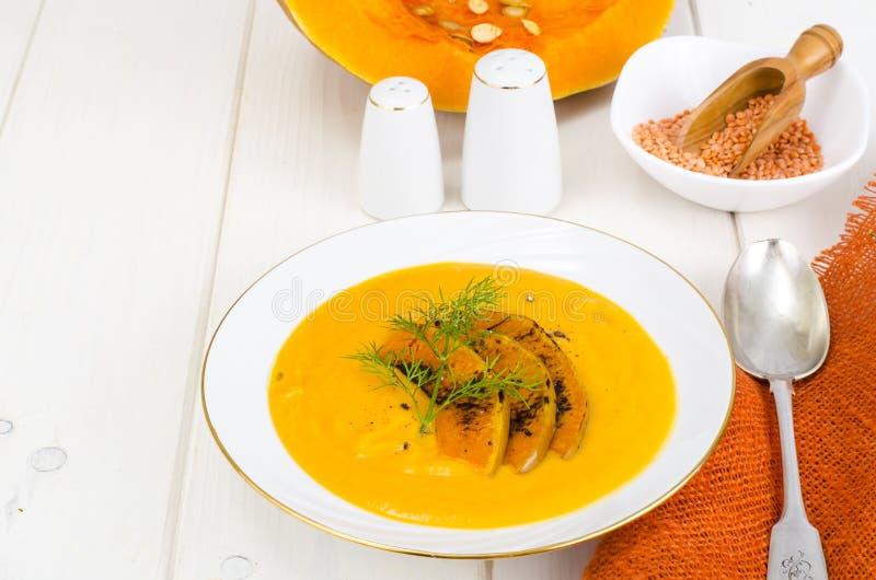 Alimento di dieta sana Minestra crema con le lenticchie e la zucca immagini stock