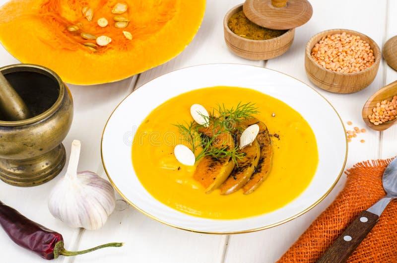 Alimento di dieta sana Minestra crema con le lenticchie e la zucca fotografia stock libera da diritti