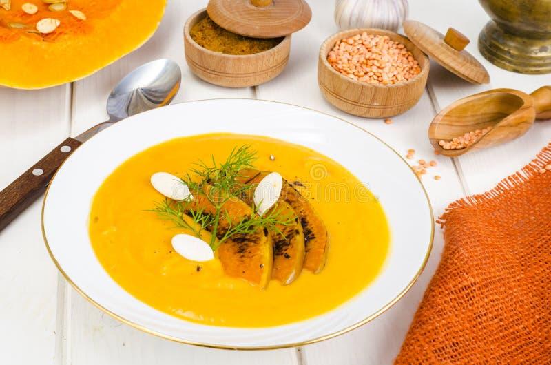 Alimento di dieta sana Minestra crema con le lenticchie e la zucca immagine stock libera da diritti