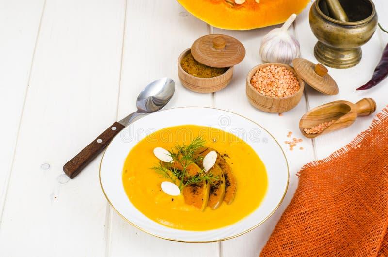 Alimento di dieta sana Minestra crema con le lenticchie e la zucca fotografia stock