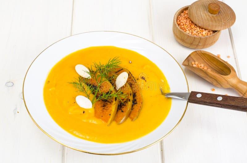 Alimento di dieta sana Minestra crema con le lenticchie e la zucca immagini stock libere da diritti