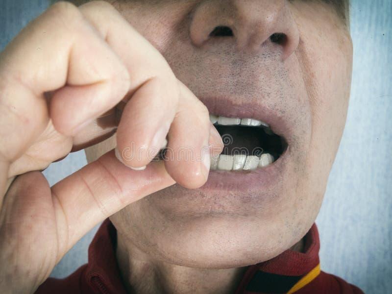 Alimento di Emoving attaccato fra i denti fotografia stock