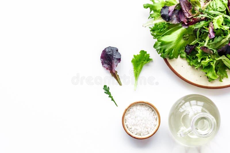 Alimento di forma fisica che cucina con il preparato verde e rosso dell'insalata sul copyspace bianco di vista superiore del fond immagini stock