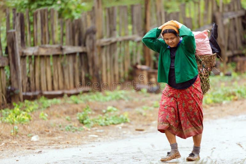 Alimento di trasporto della donna asiatica della tribù fotografia stock