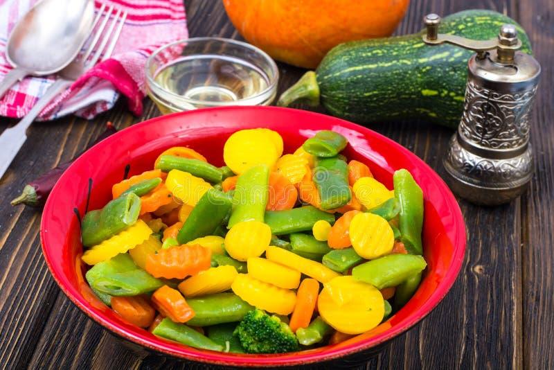 alimento dietético Steamed coció al vapor con las zanahorias de las especias, bróculi, habas de espárrago imagen de archivo