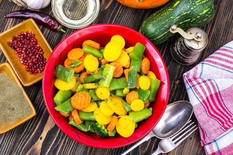 alimento dietético Steamed coció al vapor con las zanahorias de las especias, bróculi, habas de espárrago fotos de archivo libres de regalías