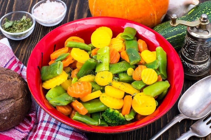 alimento dietético Steamed coció al vapor con las zanahorias de las especias, bróculi, habas de espárrago fotografía de archivo libre de regalías