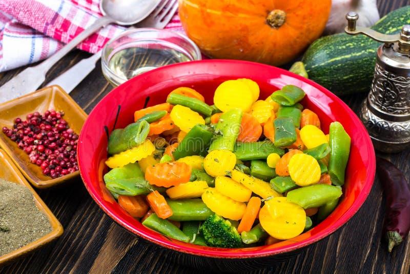 alimento dietético Steamed coció al vapor con las zanahorias de las especias, bróculi, habas de espárrago imagen de archivo libre de regalías
