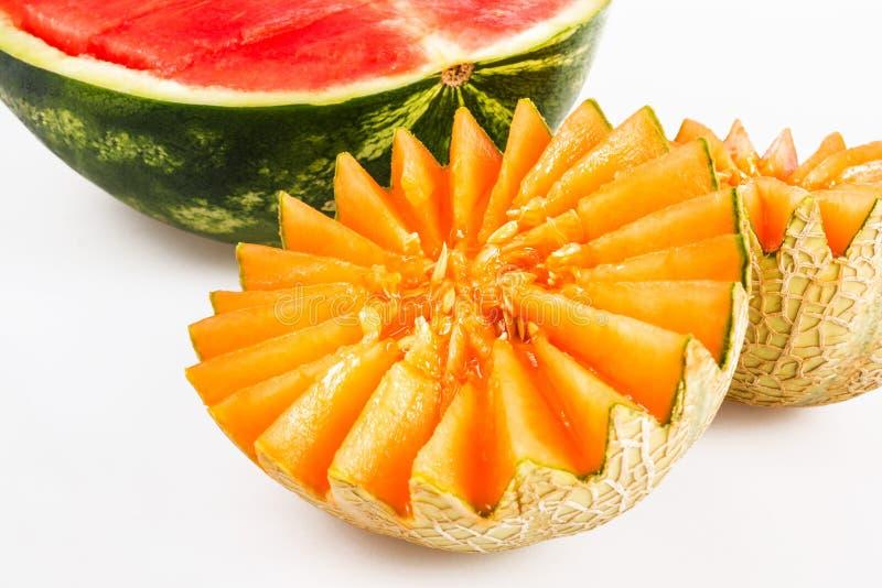 Alimento diet?tico, desintoxica??o Melão amarelo cortado e melancia vermelha em um fundo branco fotos de stock royalty free