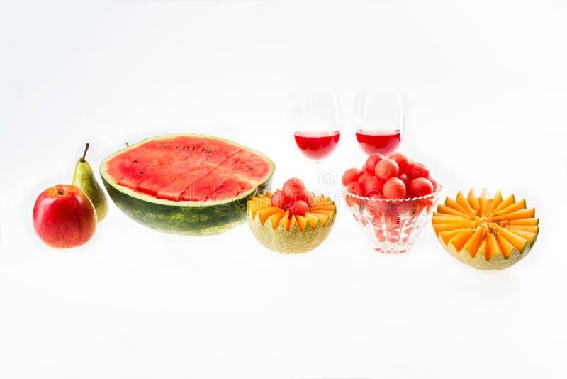 Alimento diet?tico, detox Sandía roja y melón, manzana, pera y vidrios amarillos con el jugo aislado en el fondo blanco fotos de archivo