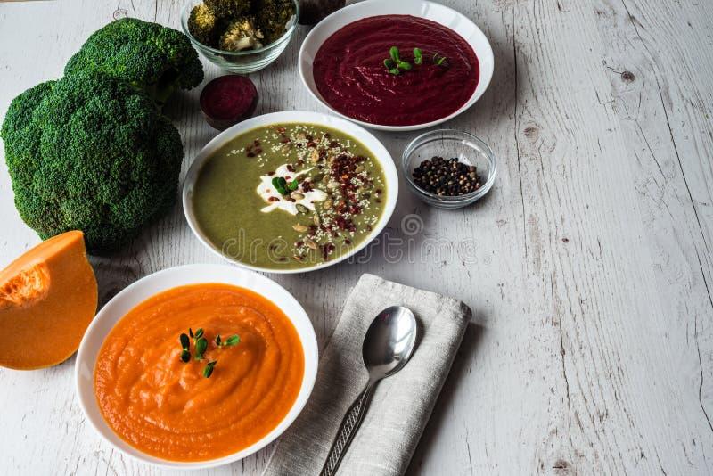 Alimento diferente do vegetariano Os vegetais coloridos desnatam sopas e ingredientes para a sopa Comer saudável, fazendo dieta,  imagens de stock