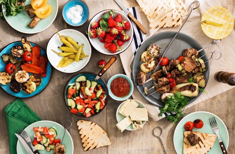 Alimento differente che cucina sulla griglia Concetto della Tabella di cena immagini stock libere da diritti
