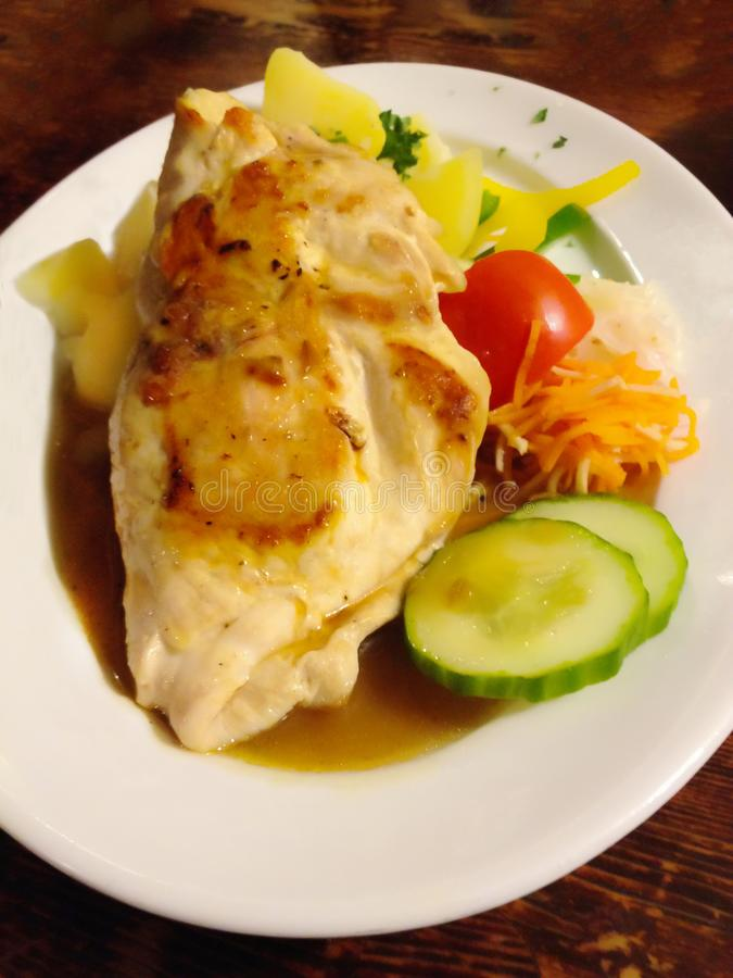 Alimento disegnato occidentale tradizionale delizioso, bistecca del pollo farcita con formaggio guarnito con prezzemolo, pepe e p fotografia stock