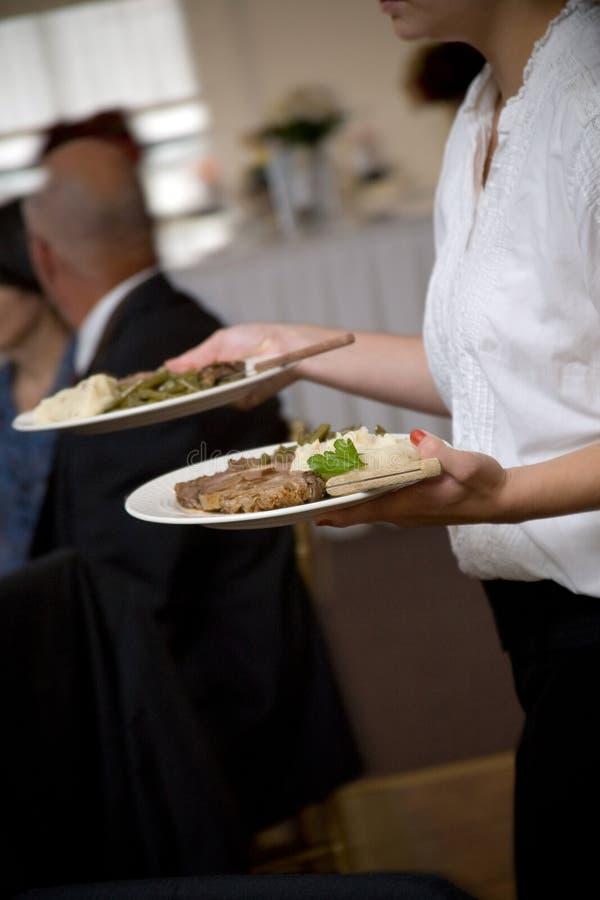Alimento do casamento que está sendo serido por um empregado de mesa foto de stock royalty free