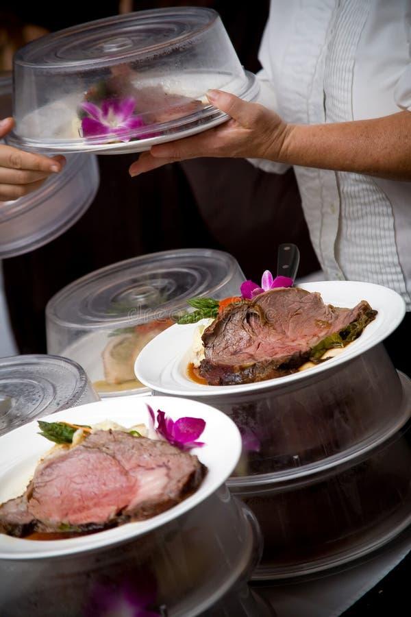 Alimento do casamento que está sendo serido por um empregado de mesa fotos de stock
