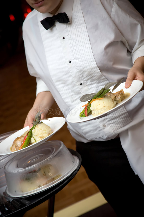 Alimento do casamento que está sendo serido por um empregado de mesa fotos de stock royalty free