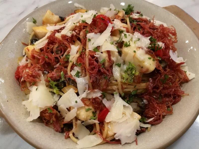 Alimento do estilista, alho italiano caseiro e cogumelo da carne em lata dos espaguetes da massa com queijo parmesão da fatia na  imagem de stock royalty free