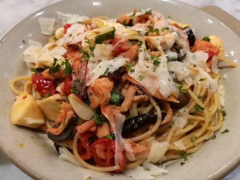 Alimento do estilista, fim acima da parte superior salmon do cogumelo com alho dos espaguetes italianos caseiros da massa com sal imagens de stock