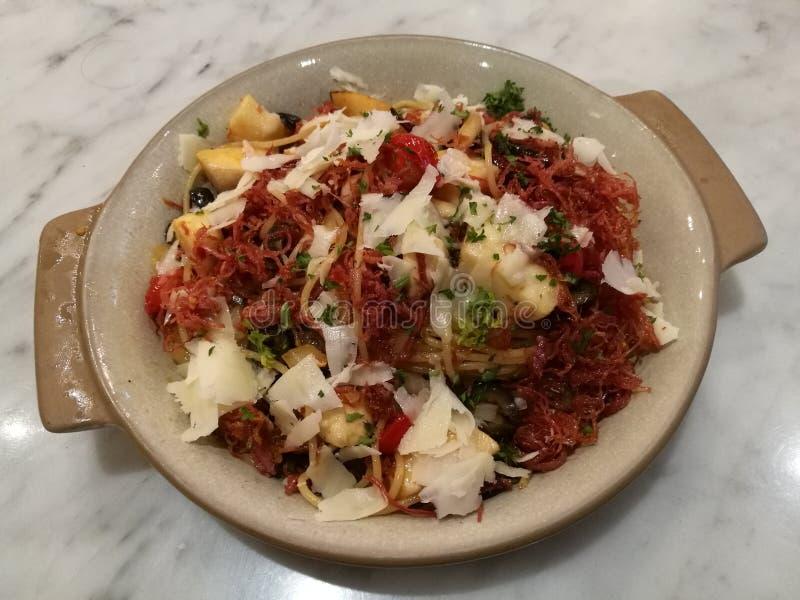 Alimento do estilista, fim acima do alho italiano caseiro da carne em lata dos espaguetes da massa e cogumelo com queijo parmesão fotos de stock