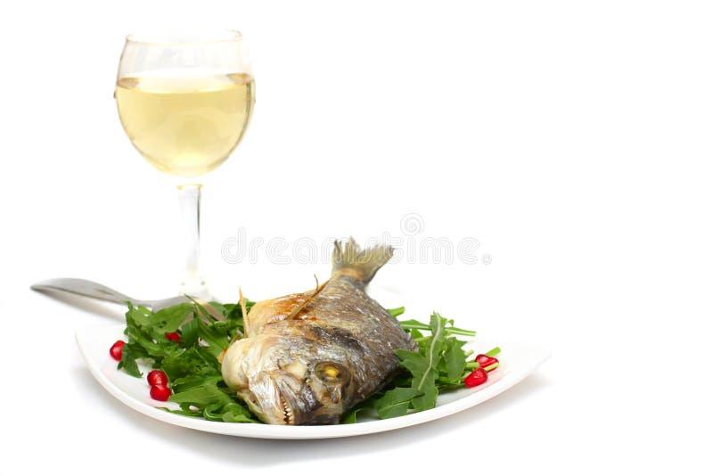 Alimento do gourmet - peixes e vinho grelhados fotos de stock